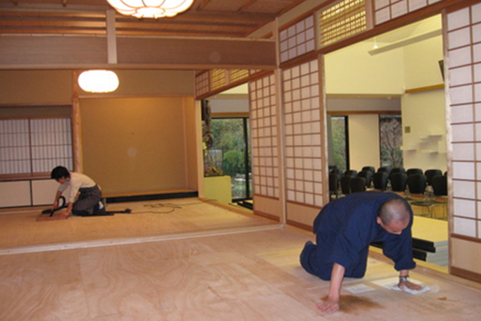 People cleaning a Japanese style house